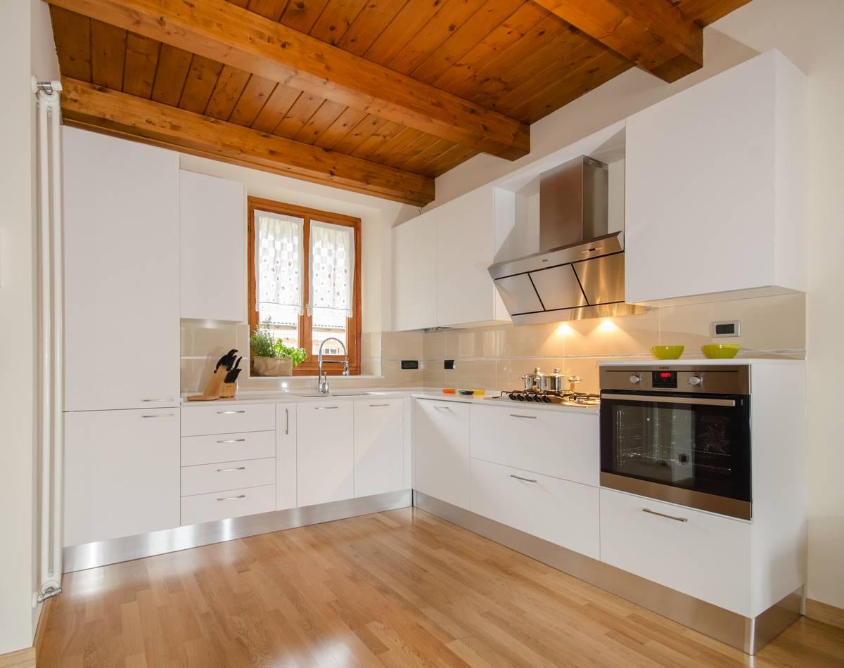 Una cucina total white cibi cucine bagni armadi e - Cucine e bagni ...