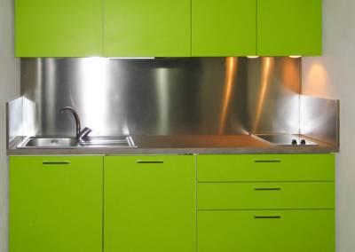 7 - Cucina schienale acciaio